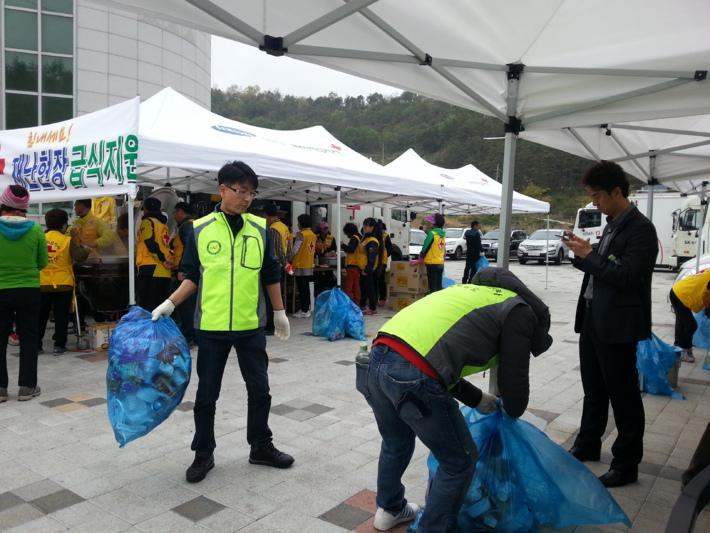 세월호 침몰 참사 관련 자원봉사활동 현장(진도실내체육관 급식 지원)